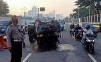 Tabrak Pembatas Jalan, Mobil Terbalik Dekat Gedung DPR