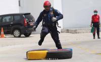 Melihat Aksi Personel Dinas Pemadam Kebakaran
