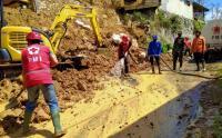 Relawan PMI Bantu Bersihkan Material Longsor Kebutuh Duwur, Banjarnegara