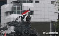 Aksi Kibarkan Bendera Merah Putih di Patung Kuda