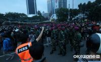 TNI Bubarkan Massa Aksi dengan Damai