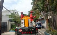 Cegah Penyebaran Covid-19, Relawan Semprot Disinfektan Wilayah Kelurahan Petamburan