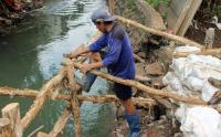 Pekerja Buat Turap Sementara di Aliran Kali Uangan Pesanggrahan