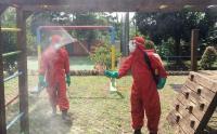 Petugas Damkar Semprot Disinfektan Demi Kenyamanan Pengunjung RPTRA Muawawanah
