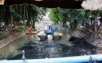 Alat Berat Diterjunkan untuk Atasi Lumpur di Kali Sentiong, Jakarta Pusat