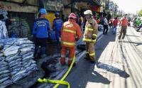 Pasukan Gabungan Bersihkan dan Penyemprotan Saluran Air di Jalan Raya Bogor