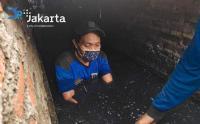 Pasukan Biru Masuk Gorong-Gorong Bersihkan Endapan Lumpur