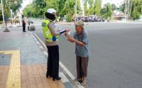 Polwan Bagikan Masker dan Sosialisasi Protokol Kesehatan Covid-19 di Tambora