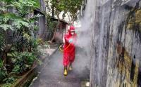 Susuri Gang Sempit, Damkar Semprot Disinfektan Guna Pencegahan Covid-19