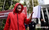Aksi Bakar Naskah UU Cipta Kerja di Depan Gedung MK