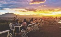 Menikmati Matahari Terbenam dengan Latar Gunung Pangrango Bogor