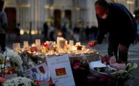 Pasca Serangan Teror, Warga Menyalakan Lilin di Depan Gereja Notre Dame Prancis