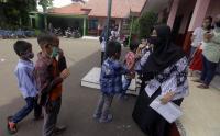 Kangen Guru, Siswa SDN 01 Pangkalan Jati Depok Temui Gurunya di Sekolah