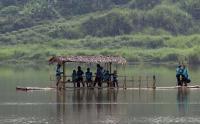 Libur Akhir Pekan, Pesepeda Asyik Naiki Perahu di Danau Cisawang Bogor