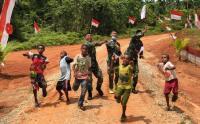 Prajurit TNI Ajarkan Seni Origami kepada Anak-Anak Perbatasan Papua