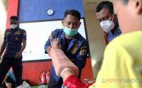 Petugas Damkar Berikan Layanan Pijat Patah Tulang Khas Cimande