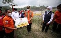 Doni Monardo Serahkan Bantuan 500 Juta untuk Penanganan Erupsi dan Aktivitas Gunung