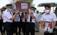 Kerabat dan Keluarga Iringi Pemakaman Kopilot Nam Air Fadly Satriyanto Korban Sriwijaya Air