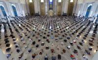 Sholat Jumat di Masjid Al-Akbar Surabaya Shaf Berjarak 6 Orang