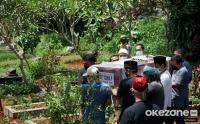 Keluarga dan Kerabat Gotong Peti Jenazah Pramugari NAM Air Isti Yudha Prastika