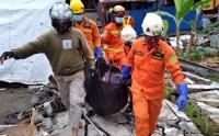 Basarnas Evakuasi Korban Tertimbun Reruntuhan Rumah di Mamuju