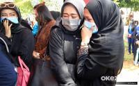 Isak Tangis Kerabat Pramugari NAM Air Saat Tabur Bunga