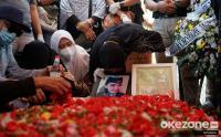 Isak Tangis Keluarga Iringi Pemakaman Pramugari NAM Air Isti Yudha Prastika