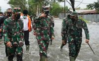 Panglima TNI Meninjau Langsung Lokasi Bencana Banjir dan Salurkan Bantuan Presiden Jokowi