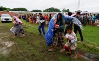 Warga Terdampak Gempa Antri Bantuan Kemanusiaan di Stadion Andi Manakarra, Mamuju