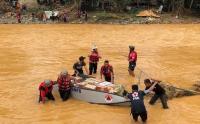 Melihat Perjuangan Relawan Menyebrangi Sungai Bawa Bantuan Korban Banjir Kalsel