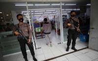 Cegah Penjarahan, Polisi Bersenjata Berjaga di Toko Ritel