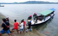 Aksi Gotong Royong Anggota TNI dan Warga Distribusikan Sembako Korban Gempa Mamuju