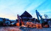 Alat Berat Diturunkan Bersihkan Puing Reruntuhan Kantor Gubernur Sulbar