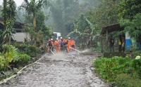 Petugas SAR Bersihkan Sisa Lumpur Akibat Banjir Bandang di Gunung Mas
