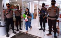 Antisipasi Penjarahan, Toko Retail di Mamuju Dijaga Ketat Aparat