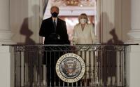 Presiden Joe Biden Bersama Ibu Negara Saksikan Kembang Api dari Gedung Putih