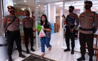 Cegah Penjarahan, Toko Ritel di Mamuju Dijaga Polisi Bersenjata