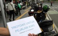 Trotoar Dijadikan Parkir Sepeda Motor, Aktivis Gelar Aksi di Kawasan Senen