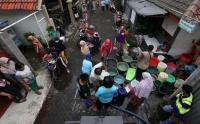 Pipa Bocor, Warga Surabaya Antre Dapatkan Air Bersih