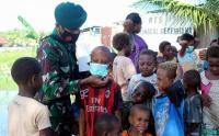 Prajurit Kostrad Bagikan Sembako dan Masker Gratis untuk Warga Desa Tambat, Merauke