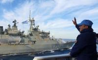KRI Sultan Hasanuddin 366 Berikan Salam Perpisahan dengan Kapal Yunani HS Hydra F 452