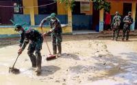 Prajurit Kostrad Bantu Warga Bersihkan Lumpur Sisa Banjir Karawang