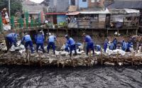 Antisipasi Banjir, Lumpur Kali Sentiong Dibersihkan