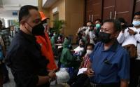 Hari Pertama Kerja, Wali Kota Surabaya Eri Cahyadi Tinjau Donor Plasma Konvalesen