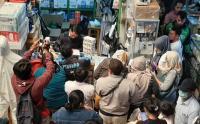 Tepat Setahun Lalu, Warga Borong Masker di Pasar Pramuka