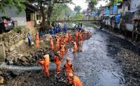 Cegah Banjir, PPSU dan Sudin Air Gencar Lakukan Gerebek Lumpur