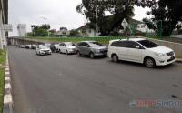 Minimnya Lahan Parkir, Puluhan Mobil Parkir di Bahu Jalan