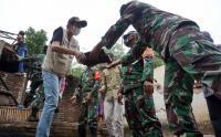 Prajurit TNI Bersama Warga Gotong Royong Bersihkan Puing Sisa Bencana Gempa di Trenggalek