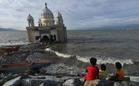 Menikmati Suasana Waktu Berbuka di Sekitar Masjid Terapung Palu