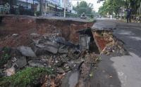 Hati-Hati Ada Jalan Longsor Sedalam 5 Meter di Depok